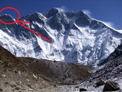 Хиллари пик (Hillary Peak, высотой 7681 метров), расположен на Южной стене восьмитысяника Лхоцзе