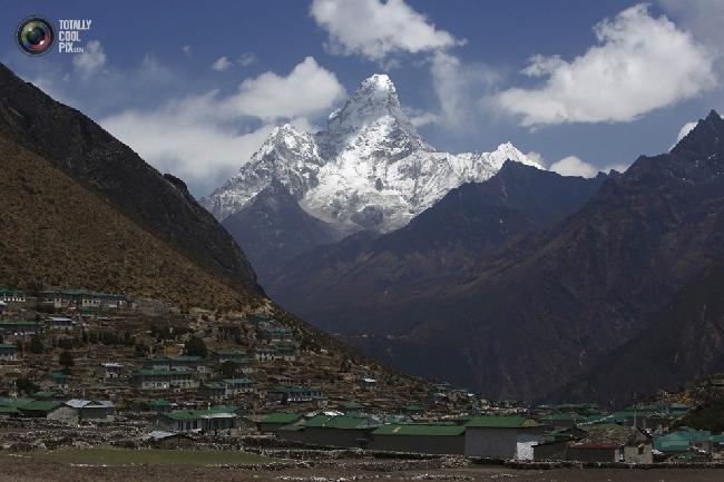 Вершина Ама-Даблам недалеко от селения Кумджунг в районе Кхумбу, Непал. (NAVESH CHITRAKAR/REUTERS)