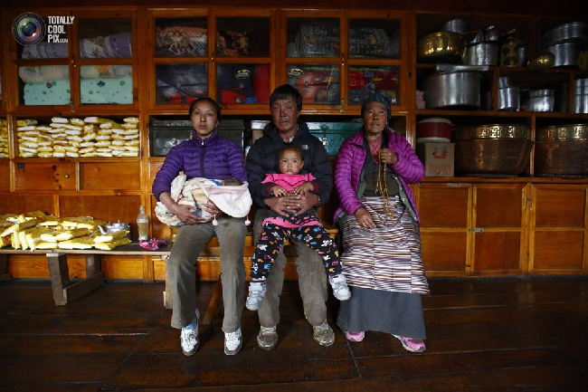 Семья шерпов в селении Кумджунг в районе Кхумбу, Непал. (NAVESH CHITRAKAR/REUTERS)