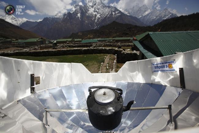 Кипячение воды при помощи солнечной энергии в селении Кумджунг в районе Кхумбу, Непал. (NAVESH CHITRAKAR/REUTERS)