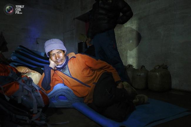 Носильщик отдыхает в доме в Тенгбоче. (NAVESH CHITRAKAR/REUTERS)
