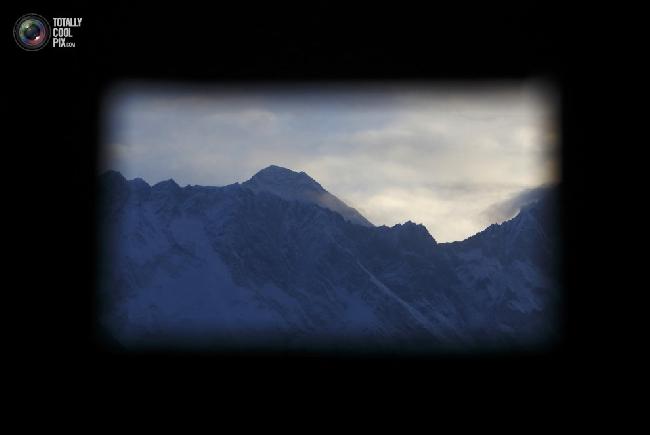 Вид горы Эверест из окна монастыря в Тенгбоче. (NAVESH CHITRAKAR/REUTERS)