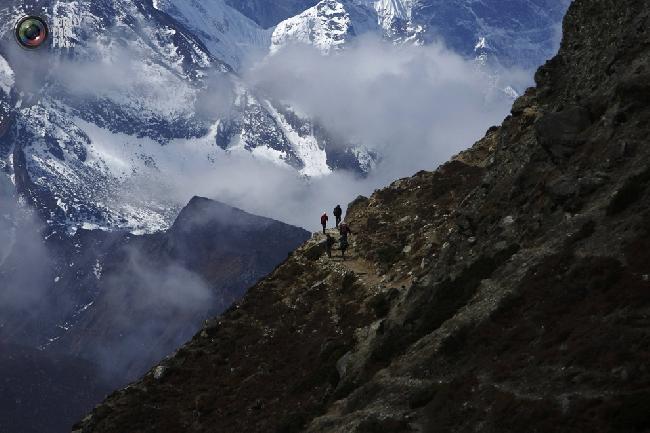 Группа проводников на фоне горы Тамсерку на обратном пути из базового лагеря Эвереста. (NAVESH CHITRAKAR/REUTERS)