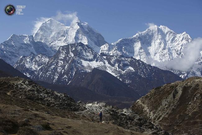Проводник на фоне горы Тамсерку на обратном пути из базового лагеря Эвереста. (NAVESH CHITRAKAR/REUTERS)