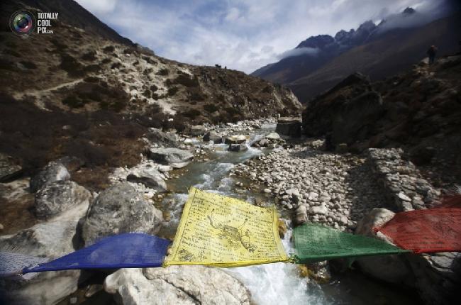 Молитвенные флаги над рекой Лобуче. (NAVESH CHITRAKAR/REUTERS)
