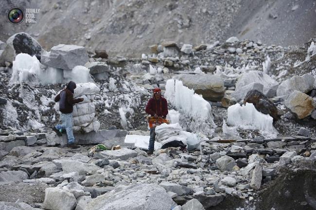 Сборщики мусора в базовом лагере Эвереста в районе Кхумбу, Непал. (NAVESH CHITRAKAR/REUTERS)