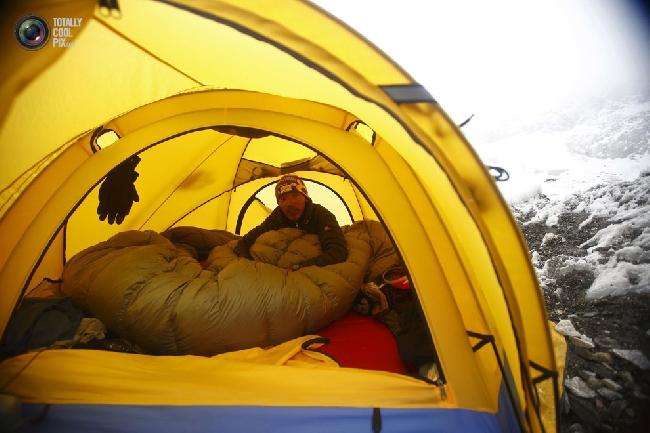Шерпа сидит в своей палатке в базовом лагере Эвереста в районе Кхумбу, Непал. (NAVESH CHITRAKAR/REUTERS)