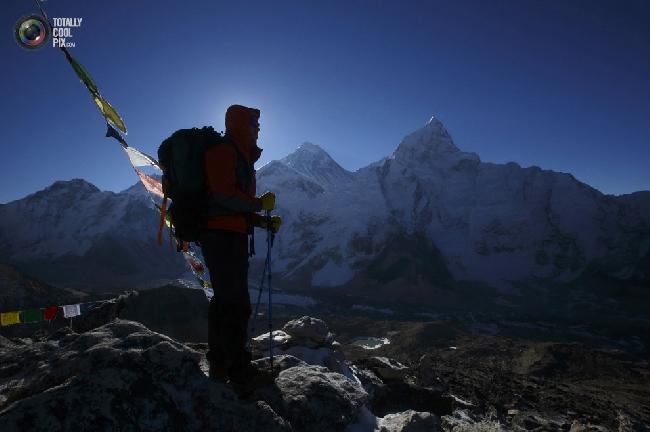 Проводник на фоне горы Эверест в районе Кхумбу, Непал. (NAVESH CHITRAKAR/REUTERS)