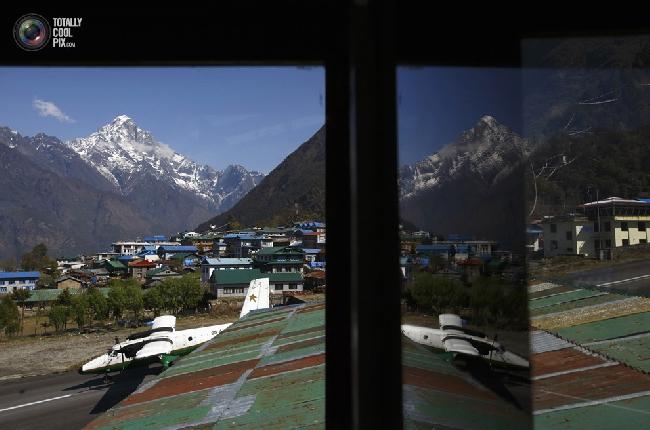 Самолёт взлетает в аэропорту имени Тэнцинга и Хиллари в Лукле в Непале. (NAVESH CHITRAKAR/REUTERS)