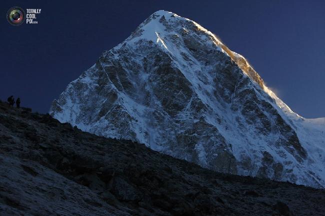 Гора Пумори в лучах рассвета. (NAVESH CHITRAKAR/REUTERS)