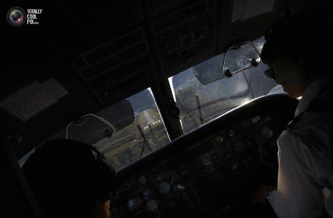 Вид из кабины самолета приземляющегося в аэропорту имени Тэнцинга и Хиллари в Лукле в Непале. (NAVESH CHITRAKAR/REUTERS)
