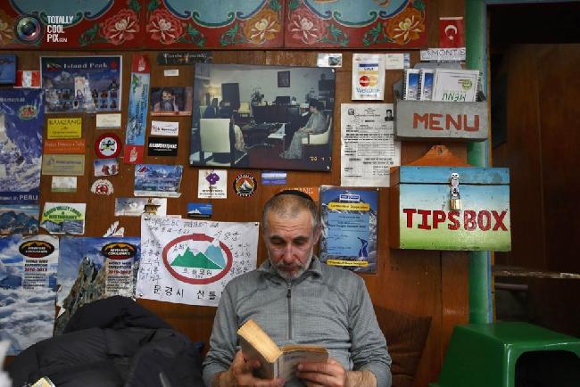 Американский альпинист Alex Goldfarb после сорвавшейся экспедиции (из-за трагедии 18 апреля) на Лхоцзе . В книжном магазине в Намче-Базар. (NAVESH CHITRAKAR/REUTERS)