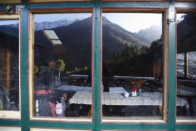 Один из немногих выживших в трагедии 18 апреля на Эвересте: альпинист и шерпа Tenzing Bhotay Sherpa. (NAVESH CHITRAKAR/REUTERS)