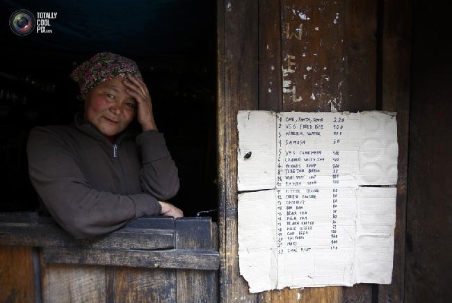 Женщина сидит у окна своей лавки по дороге в посёлок Намче-Базар в районе Кхумбу в Непале. (NAVESH CHITRAKAR/REUTERS)