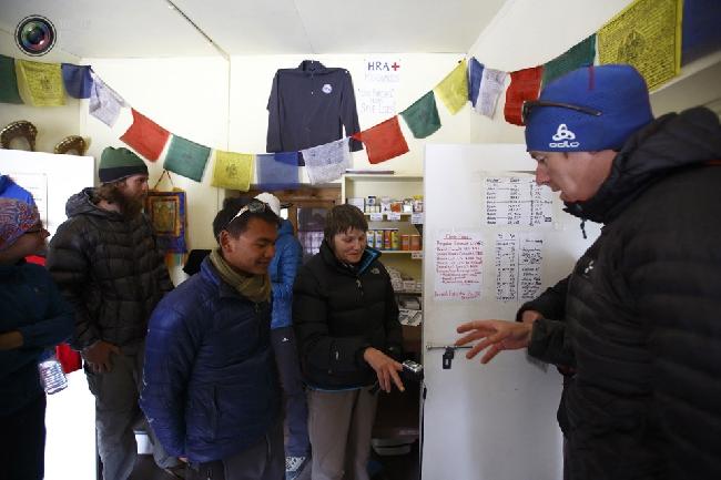 Туристы проверяют свой уровень кислородного насыщения в станции Гималайской ассоциации спасателей Непала в Пхериче. Высота над уровнем моря - 4000 метров. (NAVESH CHITRAKAR/REUTERS)