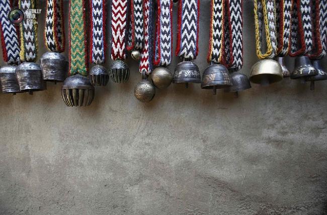 Колокольчики для яков возле магазина в посёлке Намче-Базар в районе Кхумбу в Непале. (NAVESH CHITRAKAR/REUTERS)