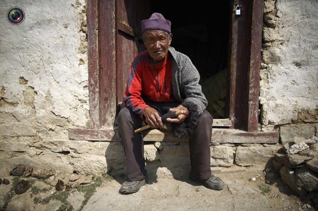 Шерпа сидит возле своего дома в посёлке Намче-Базар в районе Кхумбу в Непале. (NAVESH CHITRAKAR/REUTERS)