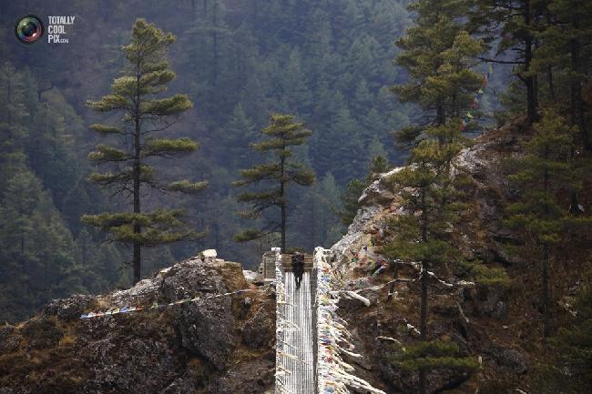 Носильщик возвращается из посёлка Намче-Базар в районе Кхумбу в Непале. (NAVESH CHITRAKAR/REUTERS)