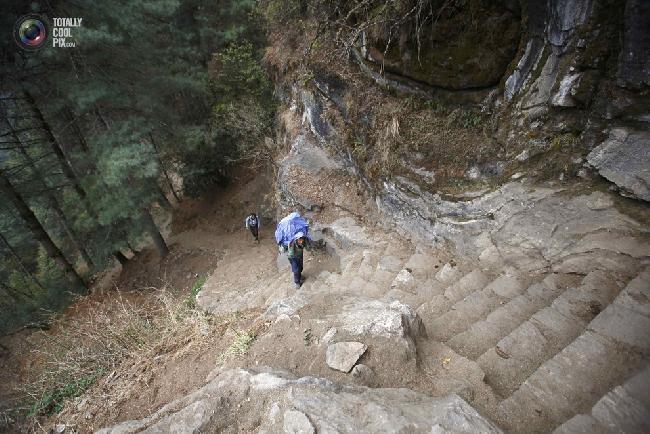 Носильщик направляется в базовый лагерь Эвереста в районе Кхумбу, Непал. (NAVESH CHITRAKAR/REUTERS)