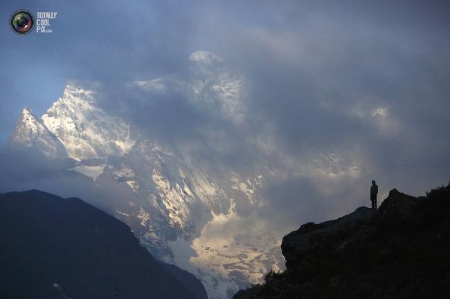 Носильщик возле горы Конгде в районе Кхумбу, Непал. (NAVESH CHITRAKAR/REUTERS)
