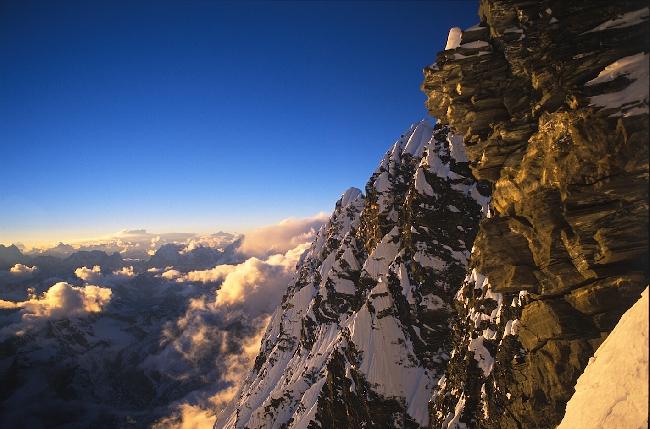 Последние лучи солнца на Южной стене Нупцзе, высота около 7700 м.