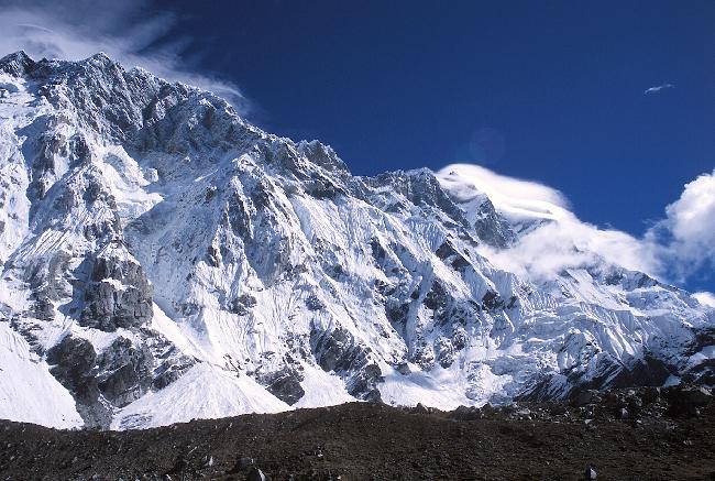 Южная стена Нупцзе, в левой части по контрфорсу маршрут на Восточную вершину 7804 м.