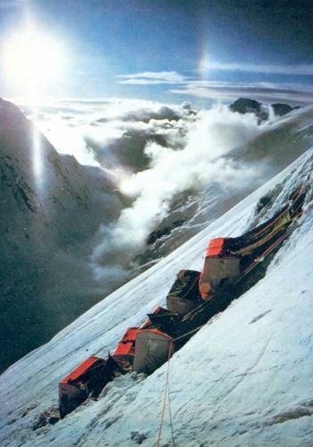 1975 год. Эверест. Маршрут по юго-западной стене Криса Бонингтона. Один из высотных лагерей