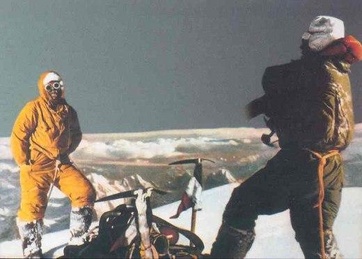 1954 рік. Італійська єкспедиція до восьмитисячника К2: Ліно Лачеделлі ( Lino Lacedelli) та Акілле Компаньоні (Achille Compagnoni) на вершині К2 у 1954 році
