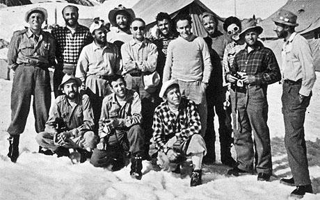 На фото: італійська єкспедиція до К2 1954 рік: з ліва направо: Achille Compagnoni, Ugo Angelino, Dr Gino Pagani, Mario Fantin, Ardito Desio, Erich Abram, Gino Solda, Lino Lacedelli, Walter Bonatti, Sergio Viotto, Pino Gallotti. Front: Ubaldo Rey, Cirillo .