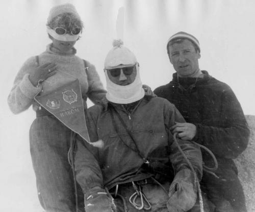 На вершине пика Комсомола, 2А в Заилийском Алатау – Эля, Алик Вселюбский, Гена (1 мая 1970), (снимал  В.Шатаев).