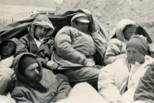 В машине по памирскому тракту к с.Зугванд, ЮЗ Памир – внизу слева Валя Фатеева, справа Нина Васильева (июль 1971)