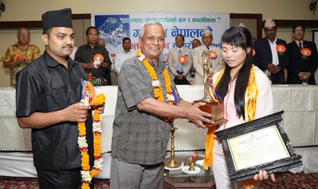 Ван Цзин (Wang Jing) в Катманду на церемонии награждения сертификатом покорителя Эвереста