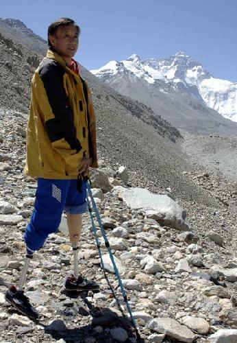 Ся Бо Ю (Xia Boyu / 夏伯渝) на фоне Эвереста в 2008 году