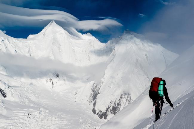Восхождение на К2. отметка выше высотного лагеря Camp2. Фото Adrian Hayes