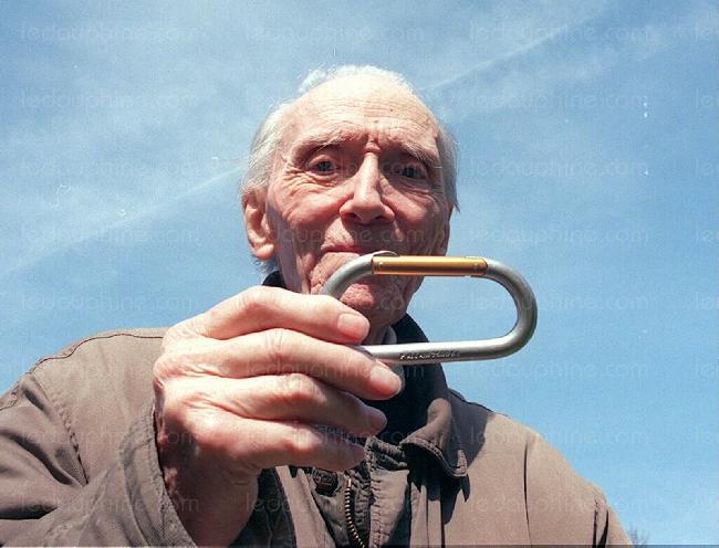 Пьер Аллен (Pierre Allain) со своим изобретенным карабином