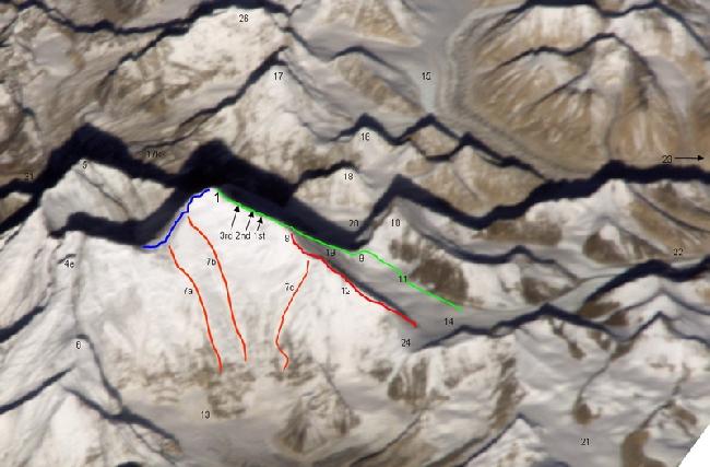 Существующие маршруты на Восточной стороне Эвереста (стена Кангшунг - Kangshung Face) - Зеленым цветом отмечен маршрут Мэллори и Ирвина по Северной стороне, синим цветом - стандартный маршрут восхождения по Южной стороне горы
