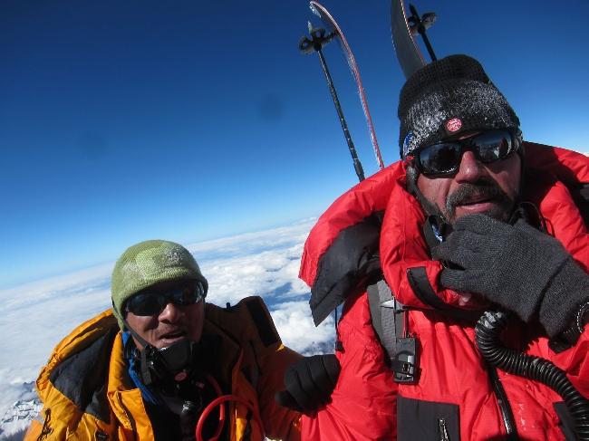 Справа Сергей Баранов на вершине Манаслу