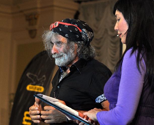 "Мауро Корона (Mauro Corona) получает награду  ""Climbing Ambassador"" от AQUAFIL"