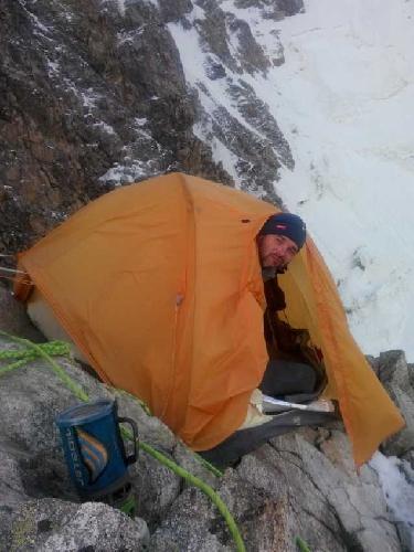 Сползающая с гребня палатка