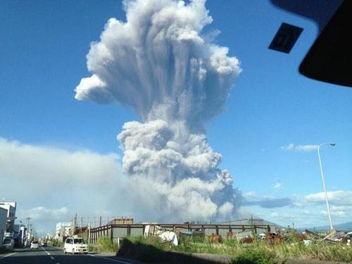 Неожиданное извержение застало врасплох более 200 альпинистов и туристов, находившихся в момент его начала в районе вулкана