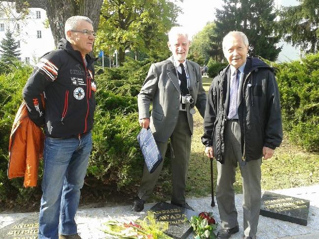 Торжественное открытие меморианой доски Анджея Завады в Golden Circle. Слева Ежи Наткански, Лешек Ляцки, Януш Онышкевич