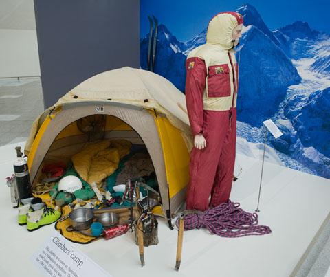 Национальный музей Австралии. На экспонате представлены подлинные вещи использовавшиеся при восхождении на Эверест в 1984 году