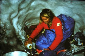 Джефф Бартрам в снежной пещере на австралийском маршруте на Эверест. октябрь 1984 года