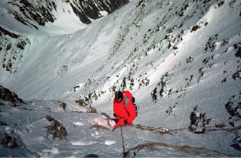 """Грег Мортимер проходит """"Yellow Band"""" на Северной стене Эвереста на австралийском маршруте. октябрь 1984 года"""