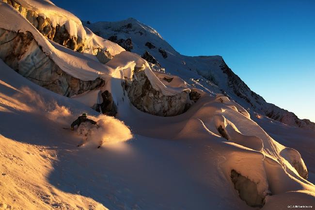 Бруно на леднике под кулуаром Космик
