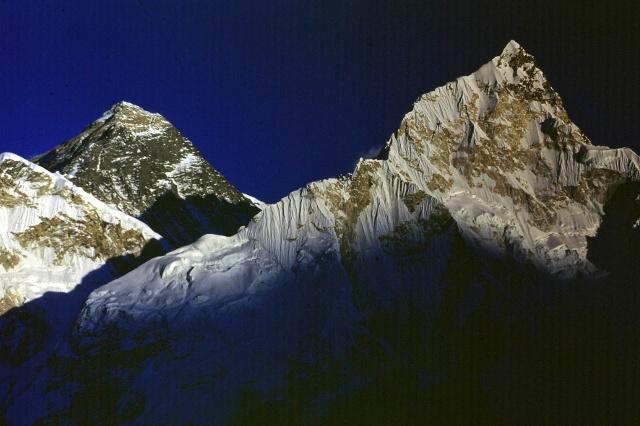 Глазами покорителя Эвереста Дёльфа Райзта: последние лучи солнца освещают высшую точку Земли (слева), а внизу расположился долинный ледник Кхумбу.