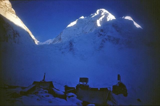 Основной лагерь. Вид на ледник Кхумбу - ворота в долину Молчания.