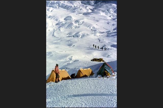 Лагерь в долине Молчания. Ледник Кхумбу был покорен швейцарской экспедицией в 1952 году.