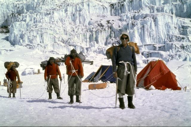 Долина Молчания. Шерпы переносят вещи альпинистов. Они были оснащены тем же оборудованием и экипировкой, что и швейцарские альпинисты.