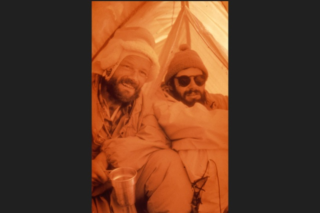 Дёльф Райзт (слева) и Хансруди фон Гунтен после успешного восхождения на Эверест в палатке на южной седловине горы.